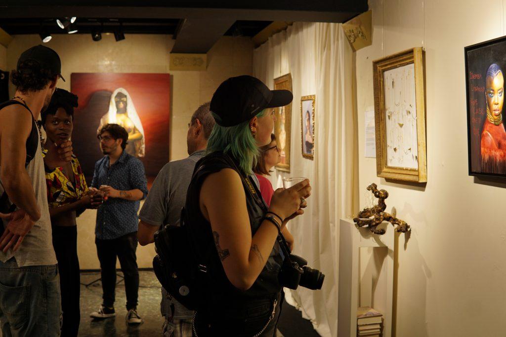 inauguración de exposición en galería
