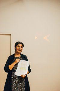 profesora de abrazo cultural en evento