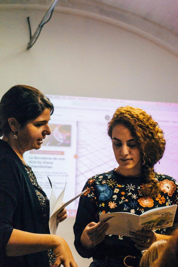 2 mujeres hablando en presentación de Abrazo Cultural y eXplorins