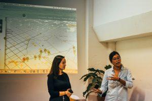 Helena de Abrazo Cultural y Angela Bustillos de eXplorins en charla