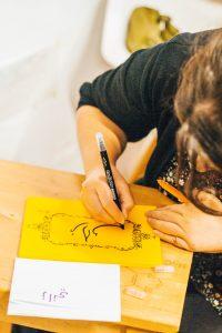 Profesora de árabe escribiendo nombres abrazo cultural barcelona
