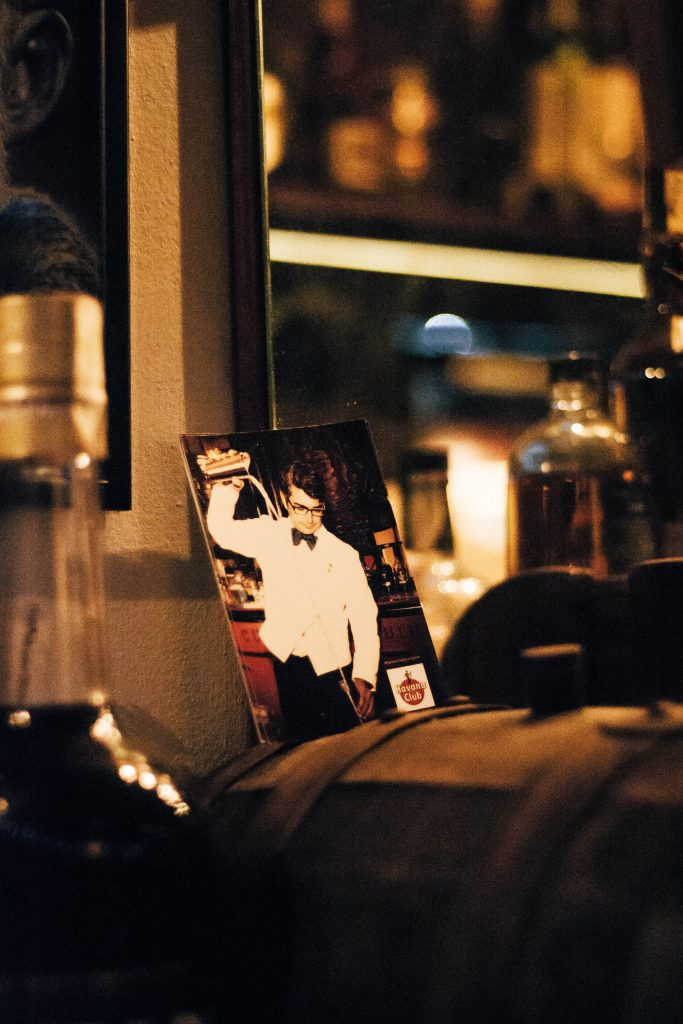 Fotografía de bartender en mítico Bar Caribbean en Barcelona - Ruta MixologyArt