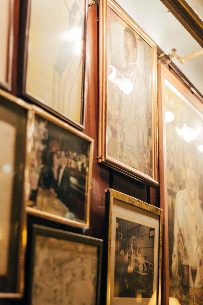 Cuadros antiguos en Bar Almirall Ruta MixologyArt Barcelona