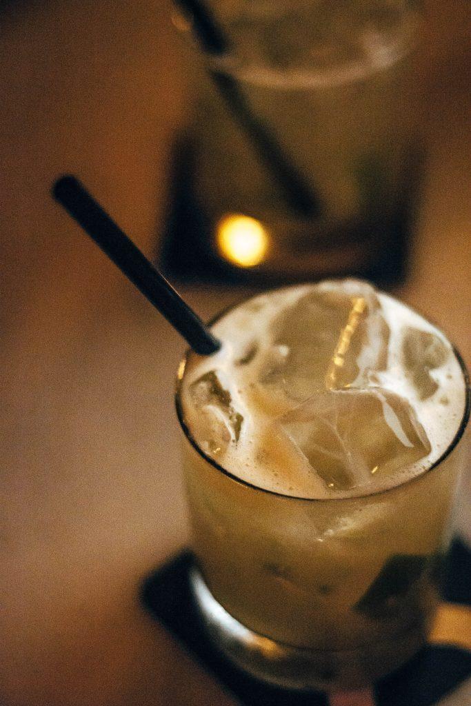 Cocktail en barra Almirall en Ruta MixologyArt Barcelona