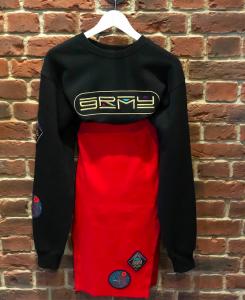 Sweater negro y falda roja Grimey