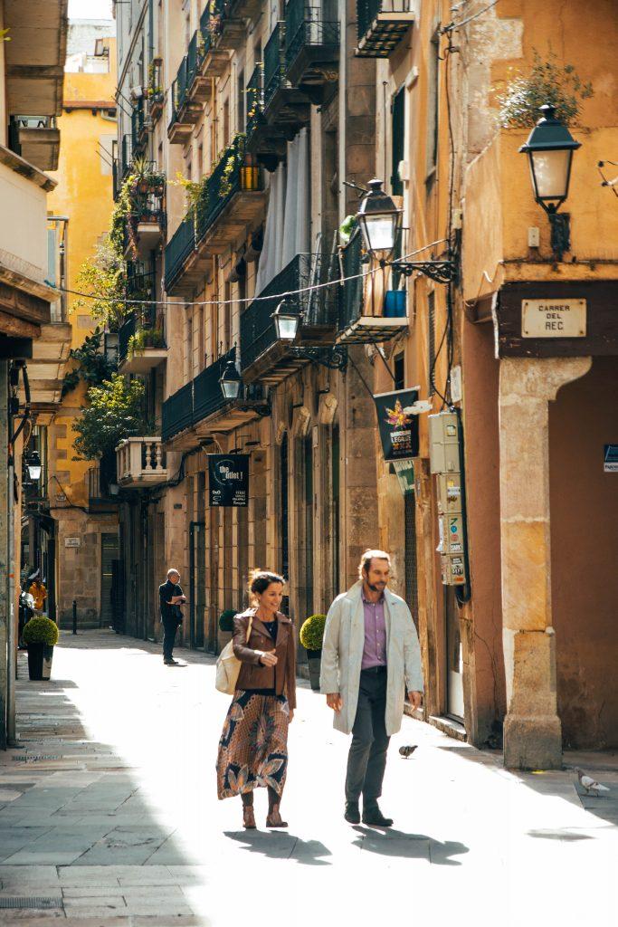 Barcelona barrio born residentes caminando
